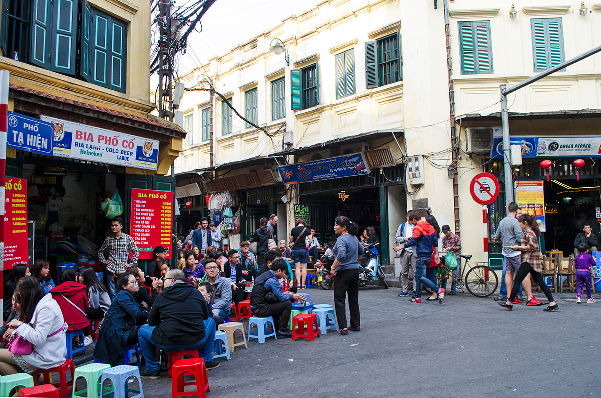 Vietnamses people eating lunch outside on the streets of Hanoi